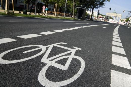 Több sávos útra fel van rajzolva a kerékpárút jelzés.
