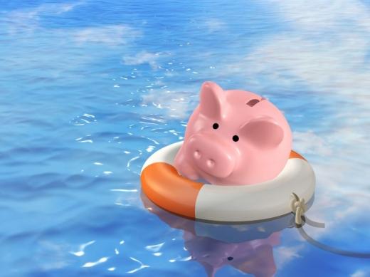 Vízben egy úszógumiban egy malacpersely.