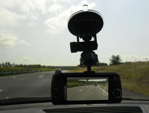 Egy autó szélvédőjén, belül egy kamera van.