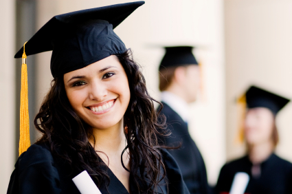 Egy nő diploma után talárban.