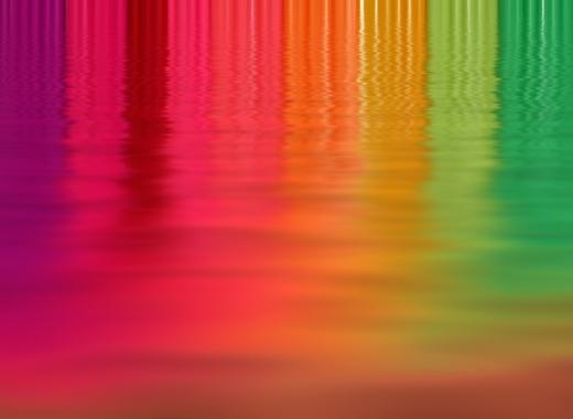 Víz, amin a szivárvány színei látszanak.