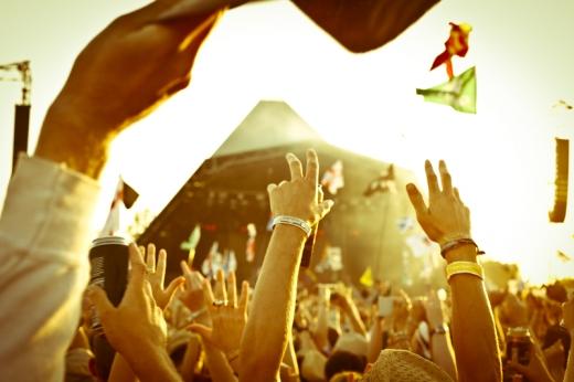Csápoló fiatalok egy koncerten.