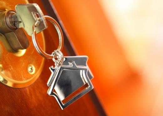 Kulcs, házas kulcstartóval egy zárban.