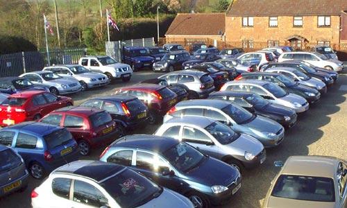 Egy autókereskedésben 3 sorban parkolnak az autók.