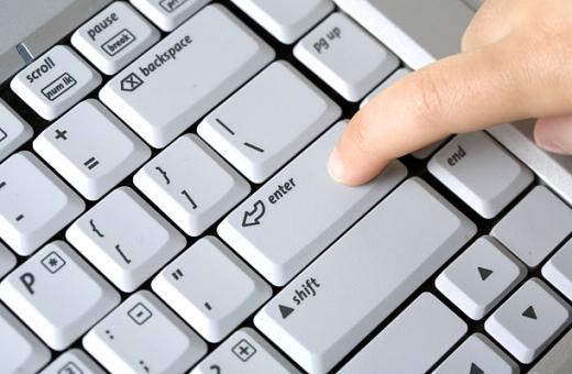 Egy ujj az enter billentyűt nyomja meg a laptopon.