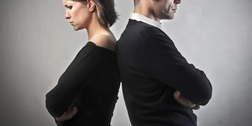 Egy dühös nő és férfi egymásnak dőlnek háttal.