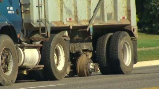 Egy kamion egyik tengelye le van szakadva.