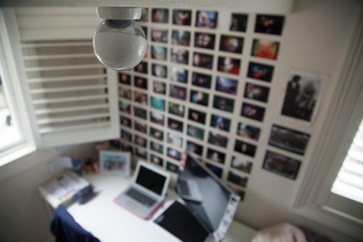 Egy iroda felülnézetből ahol egy biztonsági kamera van.