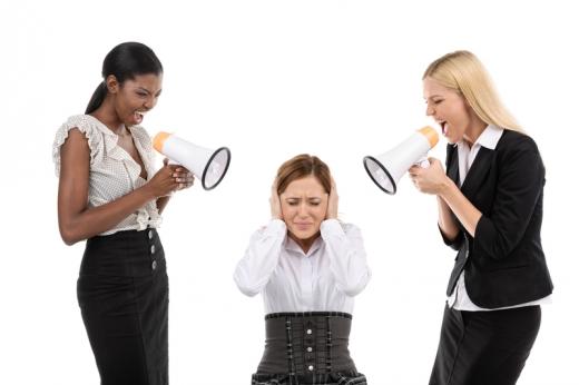 Két nő, egy harmadik felé hangosbemondóval kiabál.