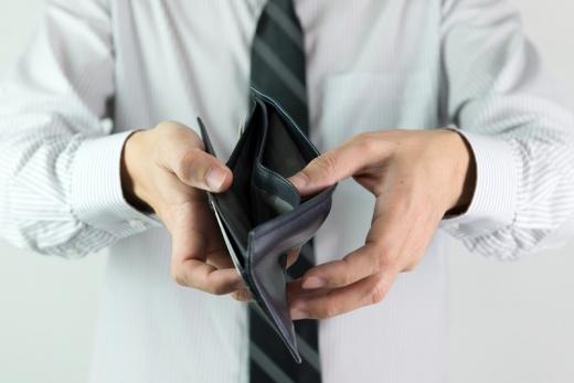 Egy férfi az üres pénztárcáját kinyitva tartja felénk.
