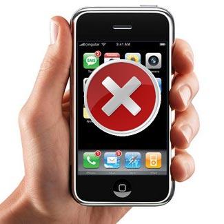 Egy kéz egy mobiltelefont fog a kezében, amin egy fehér X van piros körben.