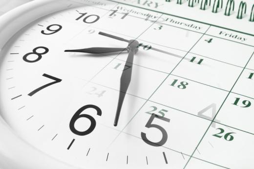 Egy naptár felett egy félig átlátszó analóg óra.