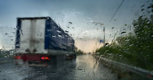 Egy autóban ülünk, vizes a szélvédő, előttünk egy kamion.