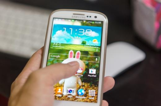 Egy kézben egy androidos telefon.