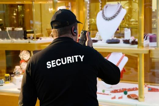 Egy ékszerboltba a biztonsági őr adóvevőn beszél.