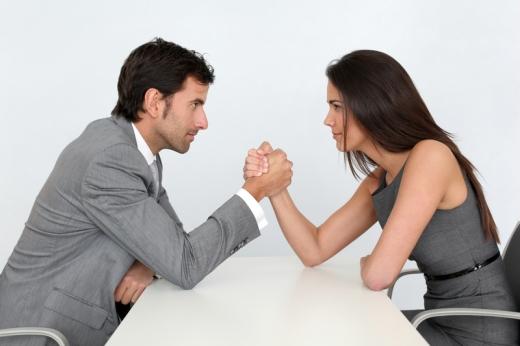 Egy nő és egy férfi egy fehér asztalnál szkanderezik.
