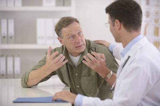 Egy orvosnak kétségbeesetten magyaráz egy középkorú ember.