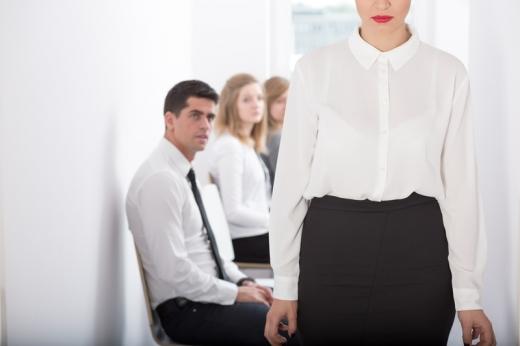 Folyóson ülnek fehér inges emberek, egy nő pedig jön szembe velünk.