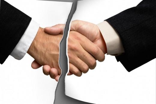 Egy középen elszakadt papír két felé egy-egy kéz, ami kezet fog.