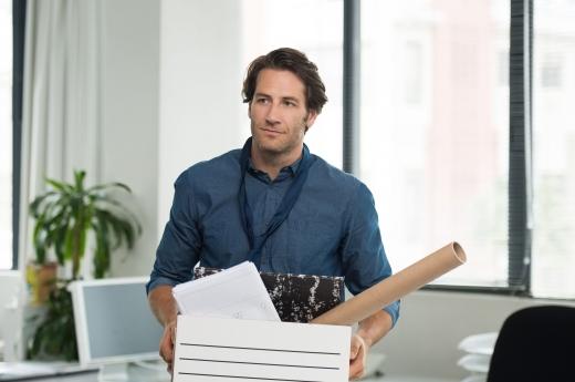 Egy férfi felmondás után elhagyja az irodát a cuccaival.