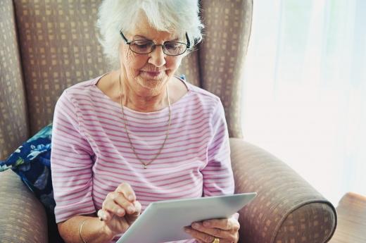 Egy idős nő egy mappát nézeget.