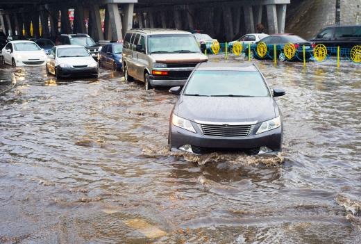 Több autó jön szembe az árvízben, ami az autók alját eléri.
