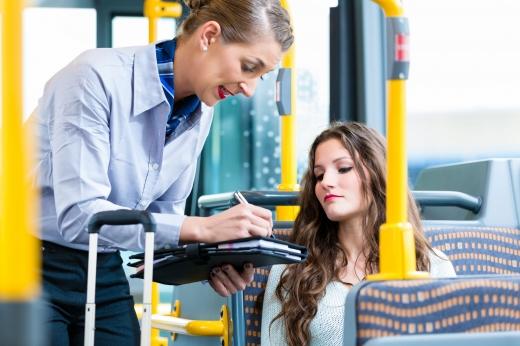 Egy ellenőr nő megbüntet egy fiatal lányt a vonaton.