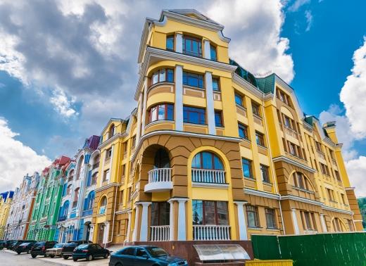 Egy többszintes sarokház mindenféle színben.