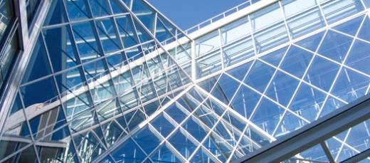 Egy modern fémvázas épület ablakokkal.