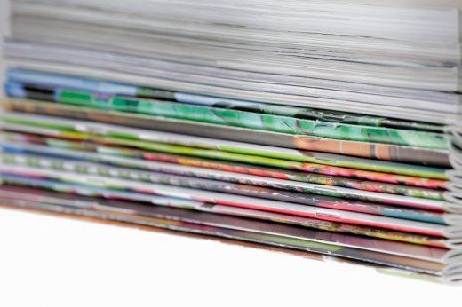 Színes újságok gerinceit láthatjuk