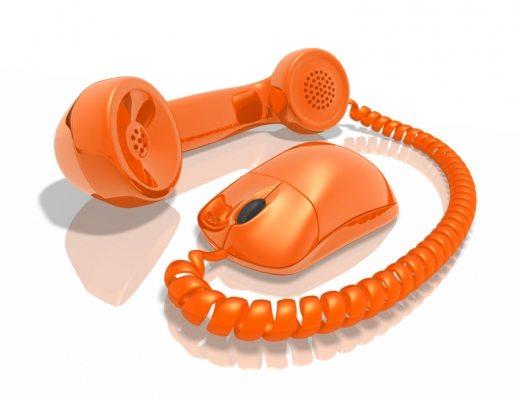 Egy drót két végén narancssárga telefonkagyló és narancssárga egér.