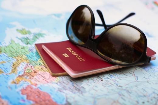 Két útlevél és egy napszemüveg egy térképen.