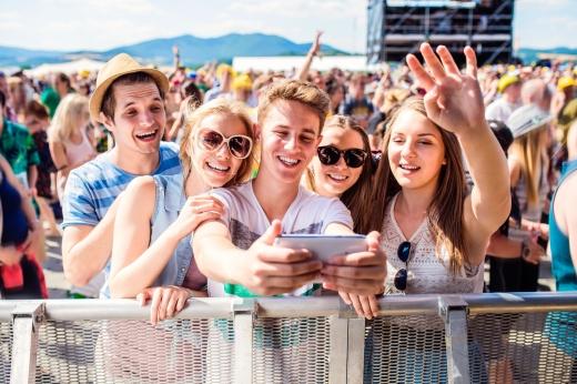 Fiatalok egy fesztiválon szelfit készítenek.
