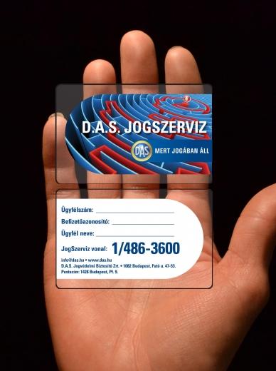 A bankkártya méretű D.A.S. kárgyát mutatja egy ember.