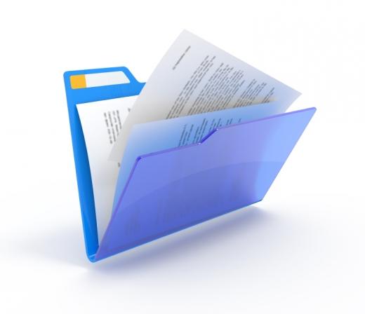 Egy kék dossziéban lapok, teleírt oldalak dokumentumok vannak
