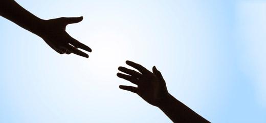Két kéz, amint egymás felé nyúl.