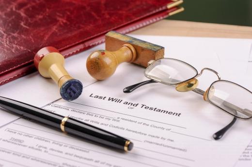 Egy pecsét, egy toll, egy szemüveg, egy szerződésen.