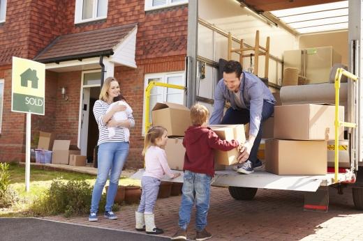 Két kisgyerek papírdoboz ad fel az apukájuknak egy teherautóra. Költözik a család.