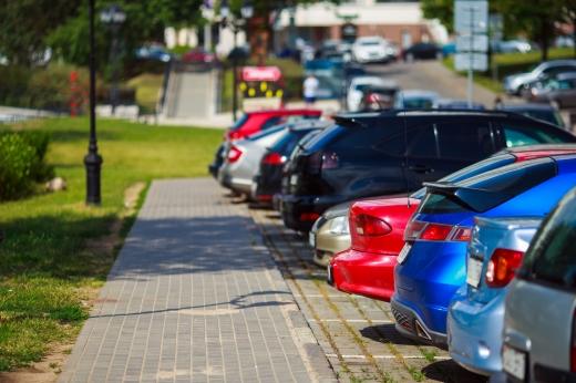 Egy parkolóban az autók hátulját látjuk.