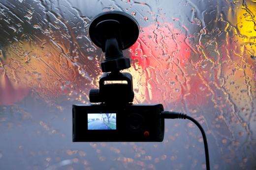 A vizes szélvédőn egy biztonsági kamera rögzít.