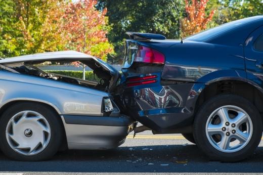 Egy fekete autónak hátulról nekiment egy szürke autó.