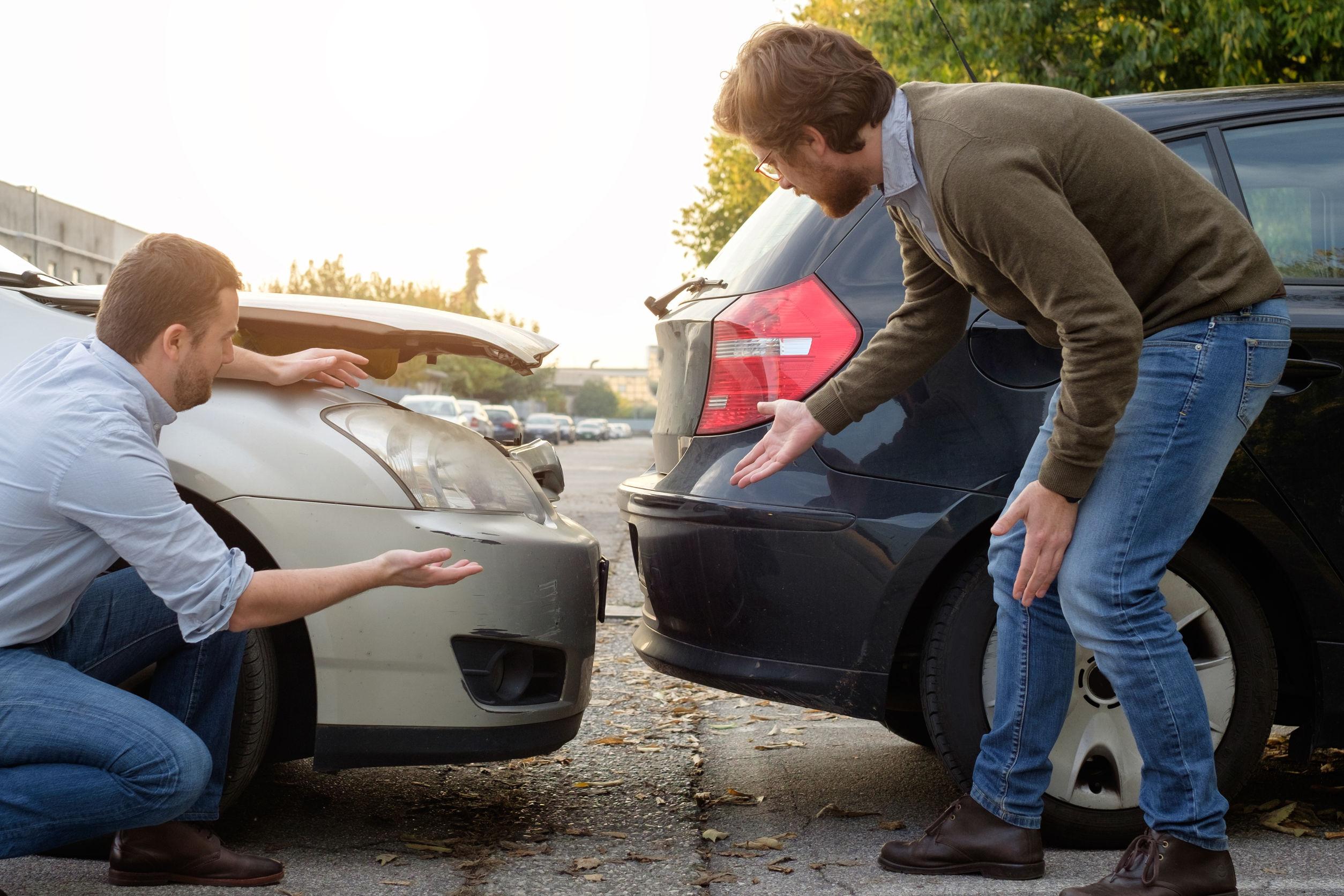 Két autó koccant, a vezetők vitatkoznak.