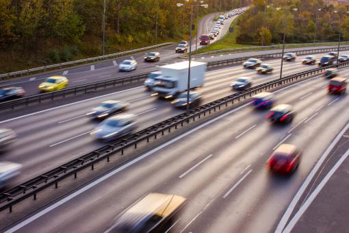Az autópályán az autók gyorsan haladnak.