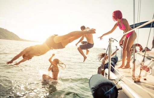 Egy baráti társaság tagjai a hajóról a tengerbe ugrálnak.