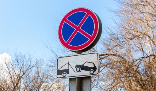 Útjelző tábla, tilos a parkolás, elszállítják az autót.