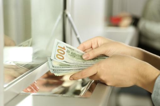 Egy nő pénzt vált egy pénzváltónál.