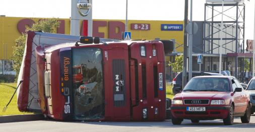 Egy teherautó balesetet szenvedett és oldalra borult.