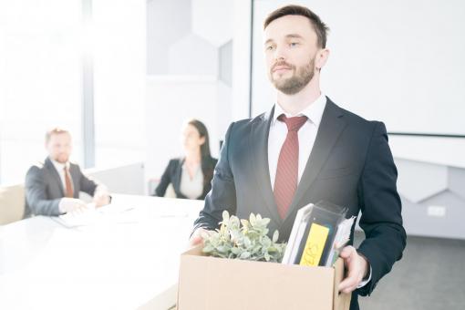 Egy fiatal üzletember felmondott a munkahelyén. A személyes dolgait egy dobozban tartva távozik.