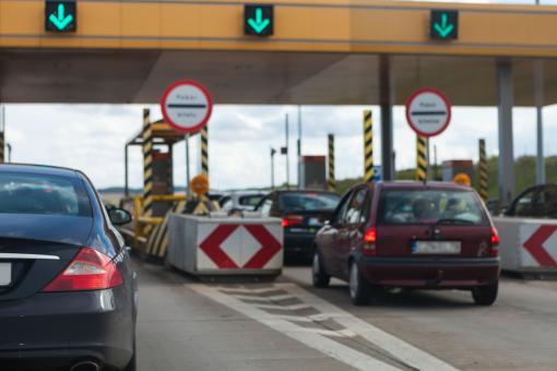 Az autók az autópálya feljáró előtt sorakoznak.