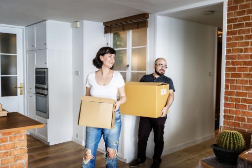 Egy pár éppen beköltözik az új lakásba.